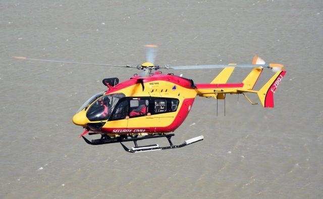 Takšen helikopter francoske civilne zaščite EC145 se je ponoči zrušil v okolici Marseilla. FOTO: Damien Meyer/ Afp