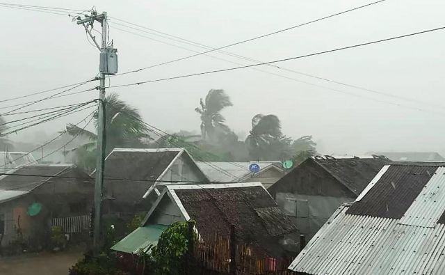 V pričakovanju tajfuna Kammuri so z domov evakuirali že več deset tisoč ljudi. FOTO: Gladys Vidal/Afp