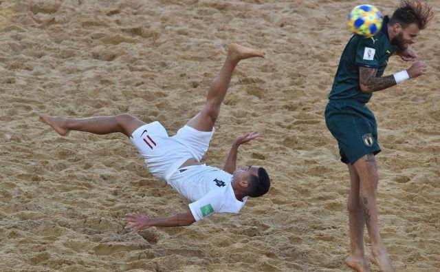 V finalu svetovnega prvenstva v nogometu na pesku sta se pomerili reprezentanci Italije in Portugalske. Portugalska je tretjič postala svetovni prvak v nogometu na mivki. V finalu turnirja v Paragvaju je s 6:4 premagala Italijo. FOTO: Norberto Duarte/Afp