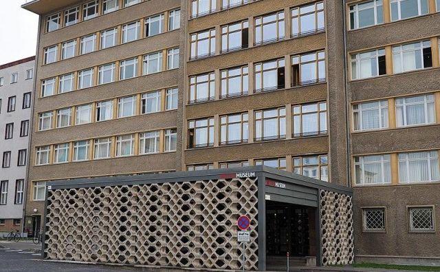 Glavni vhod v Stasijev muzej v Berlinu, v stavbi, kjer je nekoč bil sedež Stasija in ministrstva za državno varnost DDR. Foto Nick-d/Wikipedia
