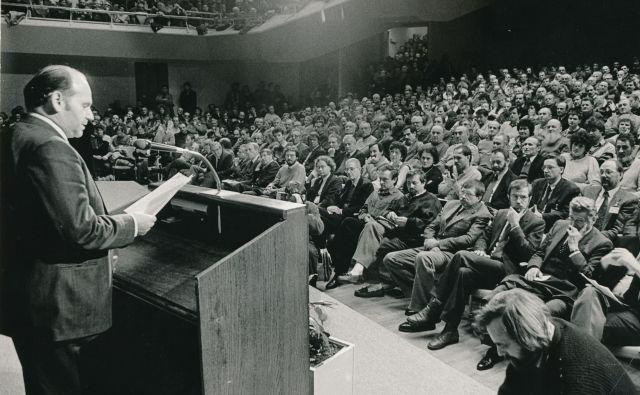 Shod Demosa 17. januarja 1990 z geslom <em>Prihodnost Slovenije</em> in slavnostni govornik dr. Jože Pučnik. »Velika dvorana Cankarjevega doma je bila premajhna, da bi sprejela vse, ki so se hoteli udeležiti političnega shoda,« je pisalo v <em>Delu</em> dan pozneje. FOTO: Igor Modic