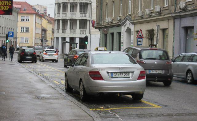 Šest parkirnih mest na Cankarjevi ulici je velikokrat praznih, ker po mnenju taksistov niso smiselno umeščena – cesta je namreč od tu dalje enosmerna. FOTO: Špela Kuralt/Delo
