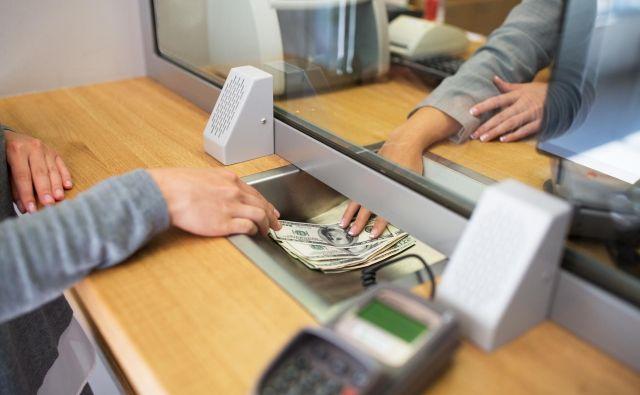 Stranke v bankah so spremenile svoje navade, zato se pred bančnimi okenci ne vijejo več dolge vrste čakajočih. FOTO: Shutterstock