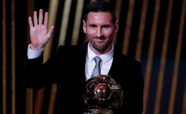 Lionel Messi je ponosno pokazal zlato žogo, toda najbrž še ni pomahal v slovo ... FOTO: Reuters