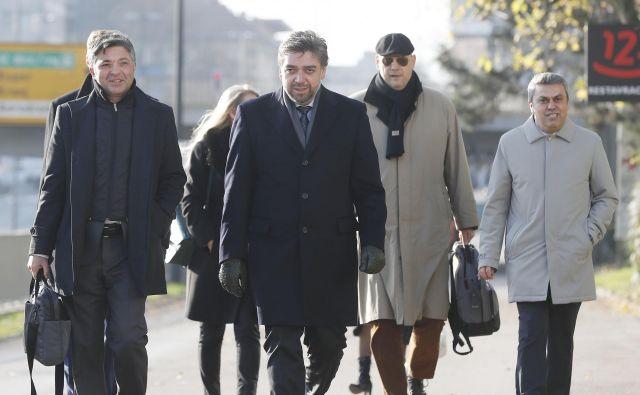 Delegacija Turkov ob prihodu na pogajanja. V sredini Mohamed Cengiz, na desni predsednik Cengiza Utku Gök<strong>. </strong>Foto Leon Vidic/delo