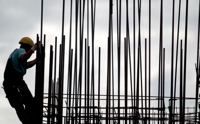 Dodatek za težje pogoje dela bo od januarja izvzet iz minimalne plače. FOTO: Roman Šipić/Delo