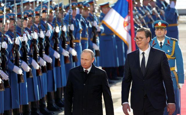 Vučić skuša amnestiratiRusijo in Putina, da bi preprečil škodo v odnosih med državama. FOTO: Stoyan Nenov/Reuters