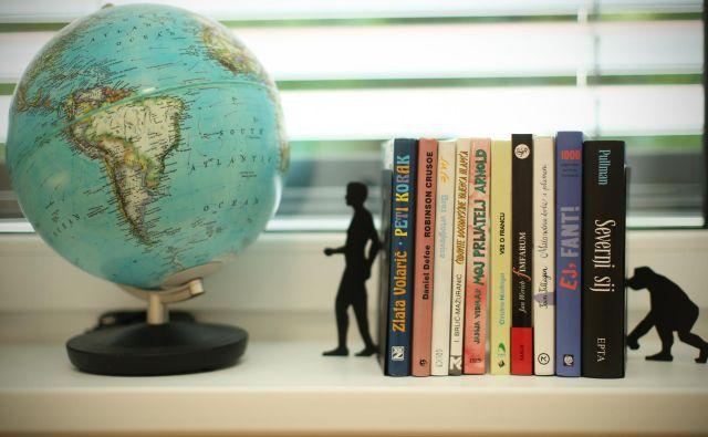 Življenje zahteva nov prostor, v katerem so lahko stare knjige samo breme, sploh če poskušaš pisati nove. Zato jih včasih tako velikodušno podarjaš ali pa pozabljaš. Razen tistih, ki so bolj trmaste od tebe in jim dovoliš, da te spremljajo. FOTO: Jure Eržen