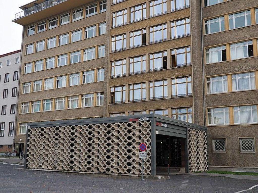 Vlomilci iz Stasijevega muzeja ukradli zlatnino in odlikovanja