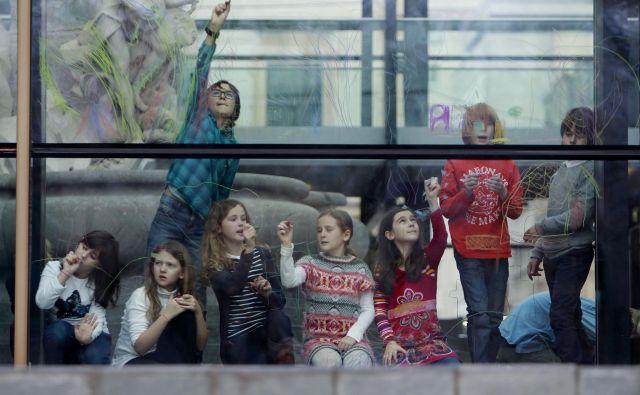 V Narodni galeriji je čečkanje po zidovih strogo prepovedano. Samo včasih na Ta veseli dan kulture temu ni tako. FOTO: Leon Vidic/Delo