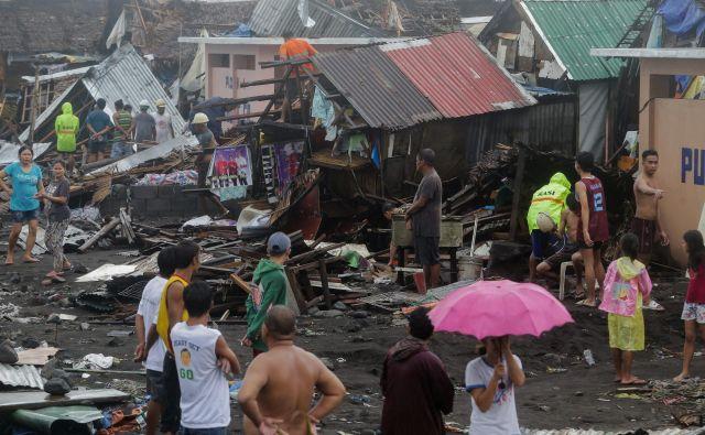 Kammuri je že 20. letošnji tajfun na Filipinih. Hitrost njegovih vetrov je doslej znašala od 150 do 200 kilometrov na uro, poškodoval je veliko stanovanjiskih in drugih objektov ter ruval drevesa. FOTO: Reuters