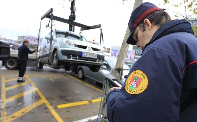 Danes bodo posebno pozornost namenjali nepravilnem parkiranju na mestih za invalide. Foto Leon Vidic
