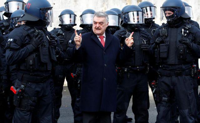 Notranji minister Severnega Porenja - Vestfalije Herbert Reul se zavzema za objavljanje narodne pripadnosti storilcev in osumljencev kaznivih dejanj. FOTO: Wolfgang Rattai/Reuters