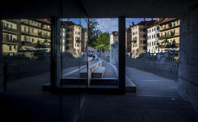 Objekti, zgrajeni na drugi lokaciji in v drugem času, po gradnji nikoli niso zares enaki, čeprav so zgrajeni po istem načrtu in ob asistenci istega avtorja. FOTO: Voranc Vogel/Delo