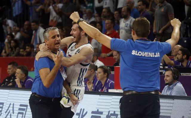 Srb Igor Kokoškov je proslavil epski uspeh slovenskih košarkarjev v objemu Gorana Dragića. FOTO: Blaž Samec