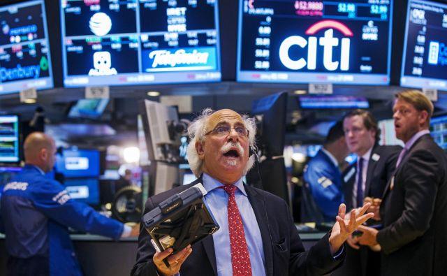 Osupli svetovni finančni trgi so se na ponovno rožljanje s carinami seveda še enkrat odzvali s padcem delniških tečajev, indeks Dow Jones z Wall Streeta je takoj zdrsnil za poldrugi odstotek. Foto: Reuters