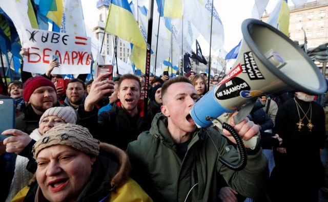 Dan pred vrhom normandijske četverice se je v središču Kijeva zbralo več tisoč demonstrantov, ki so ukrajinskega predsednika pozvali, naj v pogajanjih ne popušča Rusiji. Foto Reuters