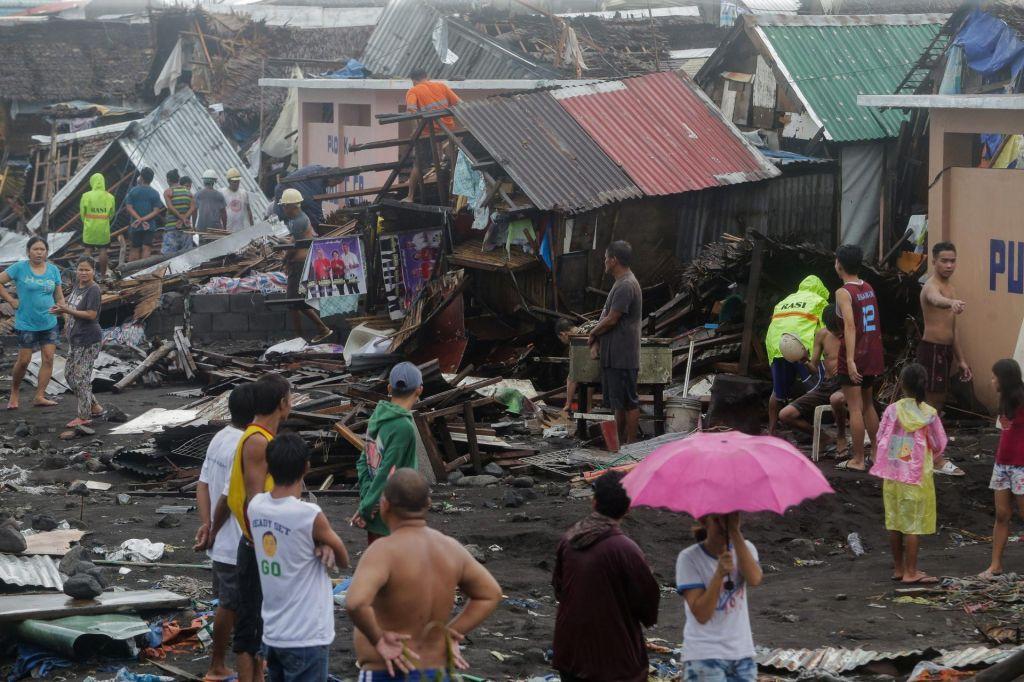 FOTO:Zaradi tajfuna odpovedali skoraj 500 letov, vsaj dve osebi izgubili življenje