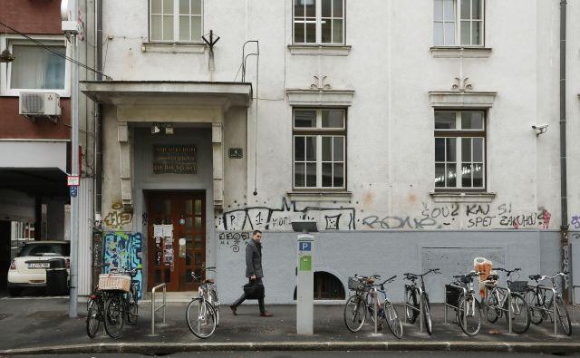 Stavbo na Kersnikovi 4 je kupilo podjetje z razpredeno mrežo gostinskih lokalov v Ljubljani. Kakšni so njihovi načrti s stavbo, ne razkrivajo. Foto Leon Vidic