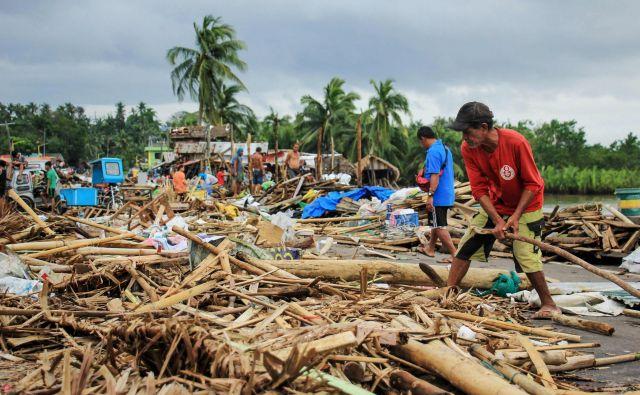 Uničenje v Sorsogonu na območju južno od Manile. FOTO: Razvale Sayat/AFP