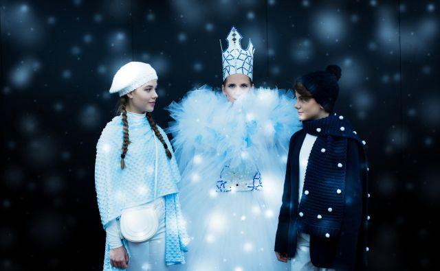Katja Konvalinka kot Snežna kraljica z Gerdo (Pia Novak) in Kajem (Adrian Ignjatovič) Foto Darja Štravs Tisu