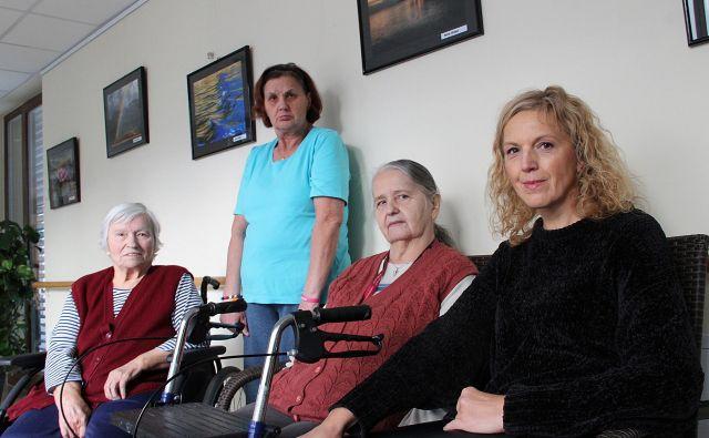 Stanovalke doma s prostovoljko Tatjano Dulmin. FOTO: Simona Fajfar