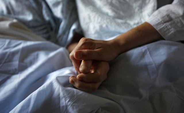 Svojci se včasih svojega bližnjega, ki umira, bojijo imeti doma, ker ne vedo, ali bo njihova pomoč dovolj. FOTO: Reuters