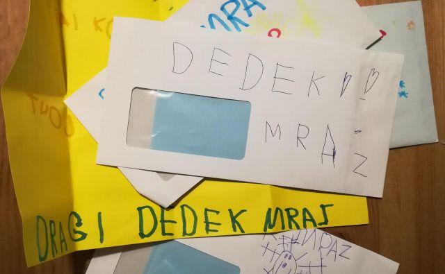 Najprej je pisma po nareku pisala mama, potem je šlo po par besed, nazadnje že za povsem dostojna pisma želja. FOTO: J. Z. G.