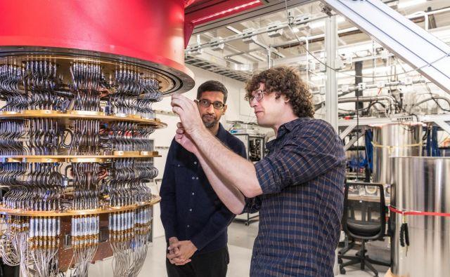 Izvršni direktor Googla Sundar Pichai in inženir Daniel Sank ob kvantnem računalniku. FOTO: Reuters