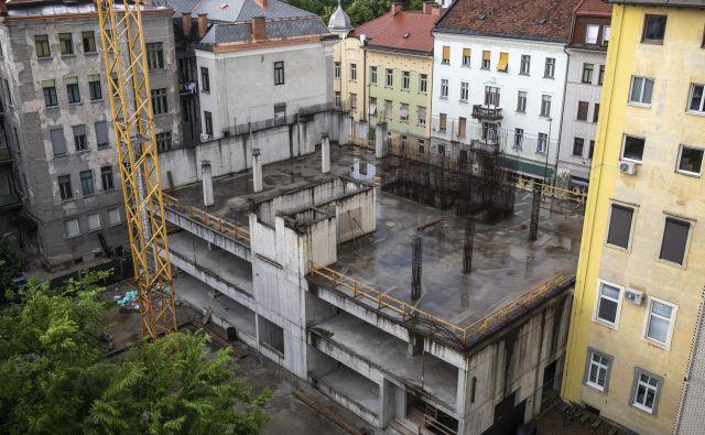 Stavba Dalmatinka v središču Ljubljane že vsaj dve leti kazi podobo prestolnice. Foto Voranc Vogel