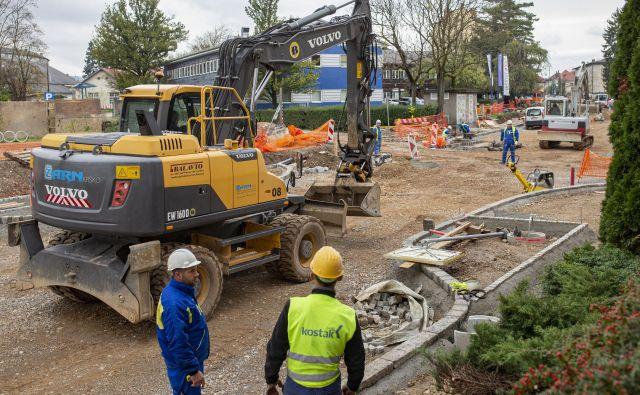 Zaradi zmanjšanja denarja za državne ceste v prihodnjih dveh letih bo zmanjšan obseg obnov vozišč. FOTO: Voranc Vogel/Delo