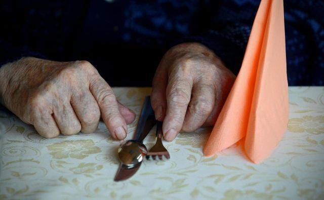 Zaposleni v domovih za starejše in posebnih zavodih si zaslužijo primerno plačilo, saj opravljajo zahtevno in odgovorno delo. FOTO: Blaž Samec/Delo