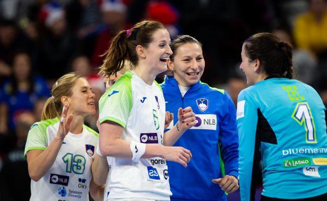 Najboljša strelka Ana Gros in druge slovenske rokometašice so se veselile zmage proti Kubankam. FOTO: Jure Eržen/Delo