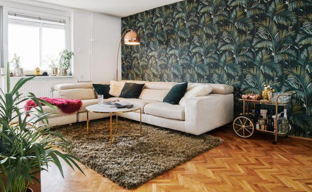 Tropsko tapeto so v dnevni sobi kombinirali z sedežno garnituro v bež odtenku, lesom in kovinskimi elementi. FOTO: Anže Vrabl