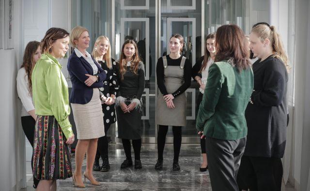 Gonilna sila projekta Simona Leskovar (levo) z mentorirankami, ki so v zadnjem letu dobile vpogled v to, kako deluje naša država in kakšne so njihove potencialne poklicne poti. FOTO: Uroš Hočevar/Delo
