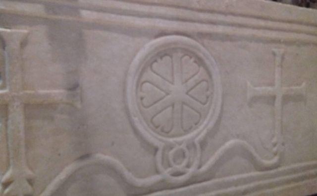 Kamnita oltarna pregrada iz 6. stoletja, ki je bila v koprski stolnici 500 let zakrita. Foto Zavod za varstvo kulturne dediščine Slovenije OE Piran