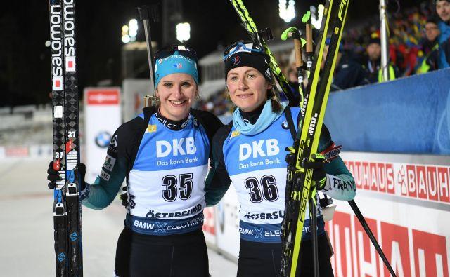 Julia Simon (levo) in Justine Braisaz sta se veselili francoskega uspeha. FOTO: AFP