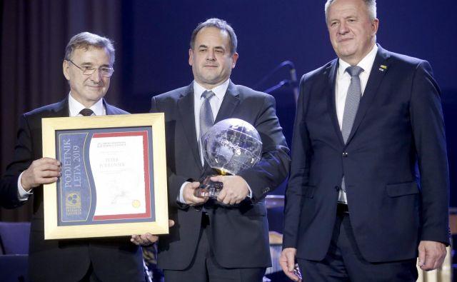 Podjetnik leta 2019 je postal Peter Podlunšek iz Medicopa - na fotografiji med predsednikom OZS Brankom Mehom in ministrom Zdravkom Počivalškom. FOTO: Roman Šipić/Delo