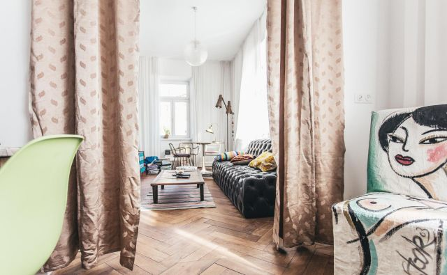 Nekoč je bila tu stena, zdaj je dnevna soba, povezana s kuhinjo. Foto Primož Korošec