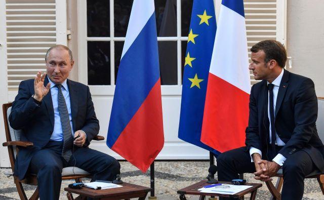 Francoski predsednik Emmanuel Macron in ruski predsednik Vladimir Putin avgusta letos med srečanjem ob Azurni obali. Foto Gerard Julien/Afp