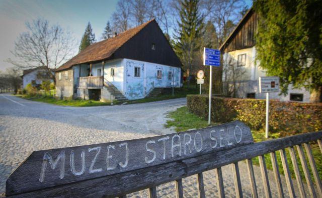 Muzej Staro selo sestavljajo značilne modre zagorske hišice, spremenjene v muzeje, v katerih prikazujejo razne stare obrti. FOTO: Jože Suhadolnik