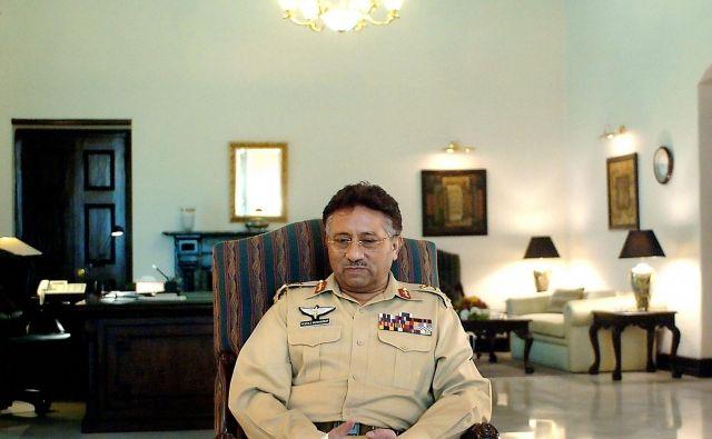 Pervez Mušaraf, karierni vojak, ki je z vojaškim državnim udarom leta 1999 je v Pakistanu prevzel absolutno oblast. FOTO: AFP