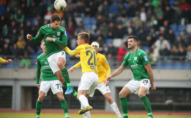 Luka Menalo (v skoku) in Miral Samardžić (desno) nista imela resnega tekmeca na svojih igralnih položajih pri izboru v najboljšo enajsterico sestavljeno od igralcev Olimpije in Maribora. FOTO: Jure Eržen/Delo