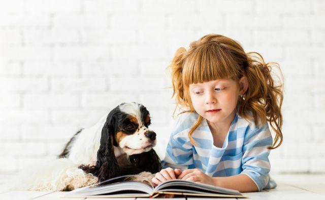 Raziskava univerze v Britanski Kolumbiji je pokazala, da hišni ljubljenčki prispevajo k boljšemu učnemu okolju, otroke pa celo motivirajo za branje. FOTO: Shutterstock
