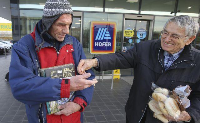 Prodajalci revije Kralji ulice pred ljubljanskimi poslovalnicami trgovske verige Hofer. FOTO: Jože Suhadolnik