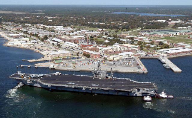 Arhivska slika vojaške ladje USS John F. Kennedy pred oporiščem Pensacola. Foto Patrick Nichols Afp