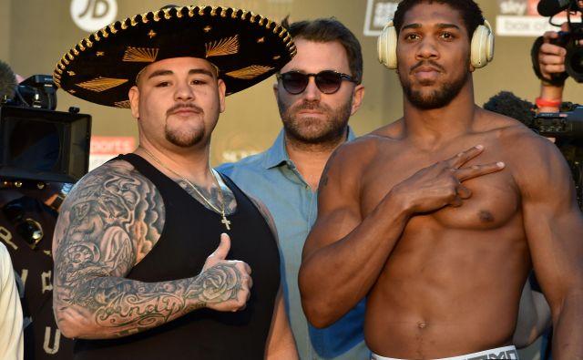 Britanski boksarski zvezdnik Anthony Joshua (desno) je trdno odločen drevi v Rijadu poravnati račune z Američanom mehiškega rodu Andyjem Ruizom. FOTO: AFP