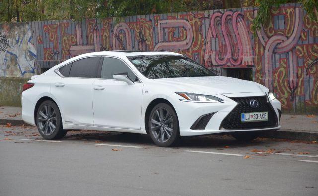 Lexus ES je tekmec v višjem, če hočete poslovnem razredu. Vselej ima hibridni pogon, to je njegov zaščitni znak, po svoje ga naredi drugačnega. Foto Gašper Boncelj