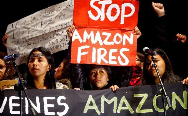 Med udeleženci protestov so bili tudi aktivisti iz Čila, kjer naj bi po prvotnih načrtih potekala podnebna konferenca, a so jo zaradi protestov le mesec dni pred dogodkom odpovedali. FOTO: Javier Barbancho/Reuters