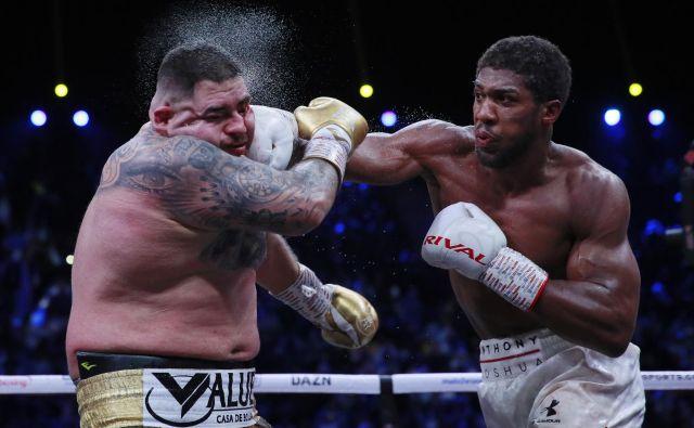 Anthony Joshua (desno) se je s prepričljivo zmago v Rijadu oddolžil Andyju Ruizu za boleč junijski poraz v New Yorku. FOTO: Reuters